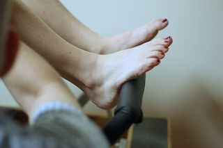 Pilates reformer footbar - heels of the feet - release tension in tendons on tops of feet