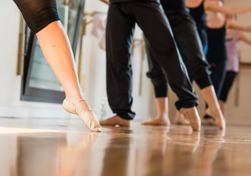 tendu exercise for foot function - heel lever - Danza classica, fuoco selettivo © Studio Gi - Fotolia.com -M